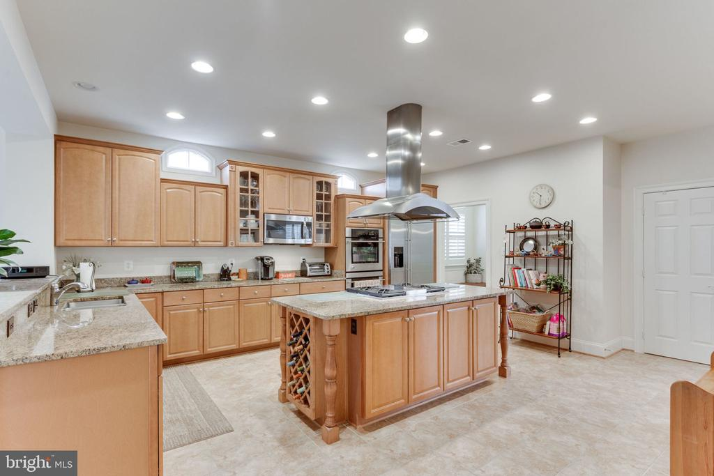 Cook up a storm in this incredible gourmet kitchen - 6397 GAYFIELDS RD, ALEXANDRIA