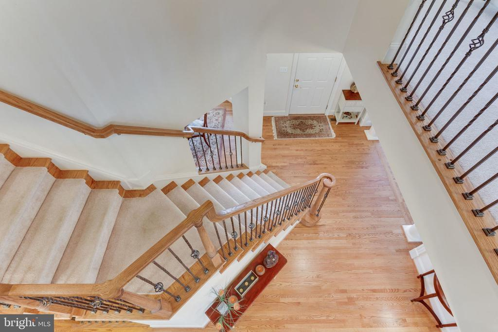 Grand staircase offers the grandeur of elegance. - 6397 GAYFIELDS RD, ALEXANDRIA
