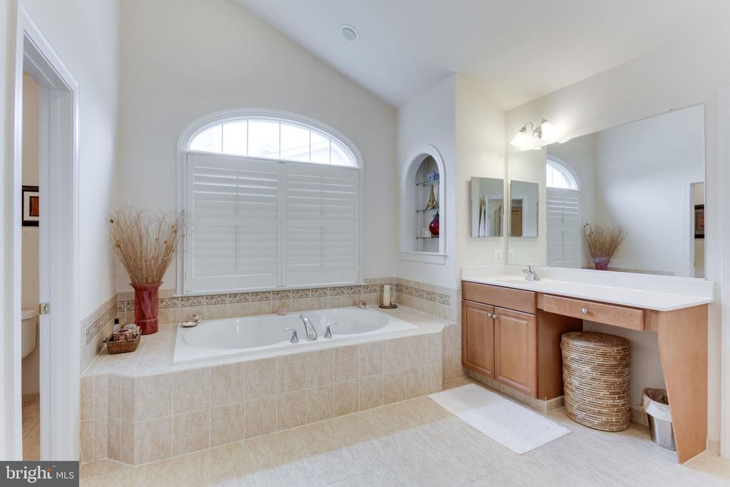 Lots of natural light to wake you in the morning! - 6397 GAYFIELDS RD, ALEXANDRIA
