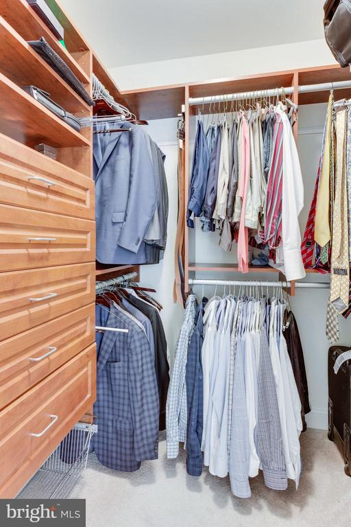 His and hers walk-in closets with built-ins - 6397 GAYFIELDS RD, ALEXANDRIA