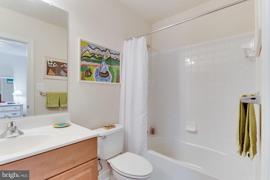 Bathroom ensuite for bedroom #2. - 6397 GAYFIELDS RD, ALEXANDRIA