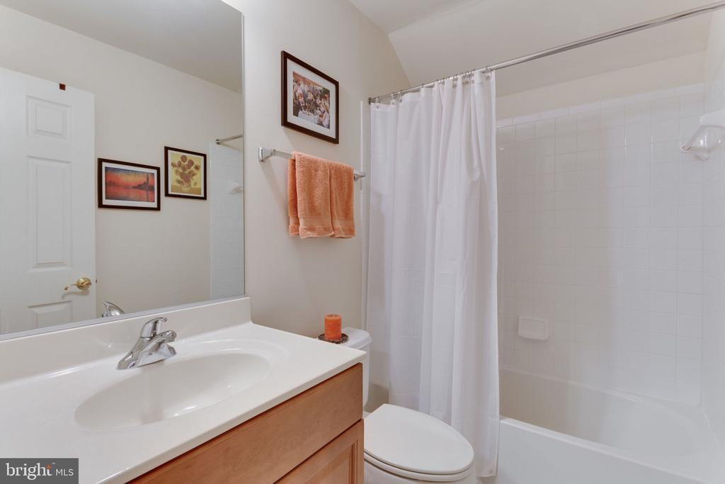 Top floor full bathroom - 6397 GAYFIELDS RD, ALEXANDRIA