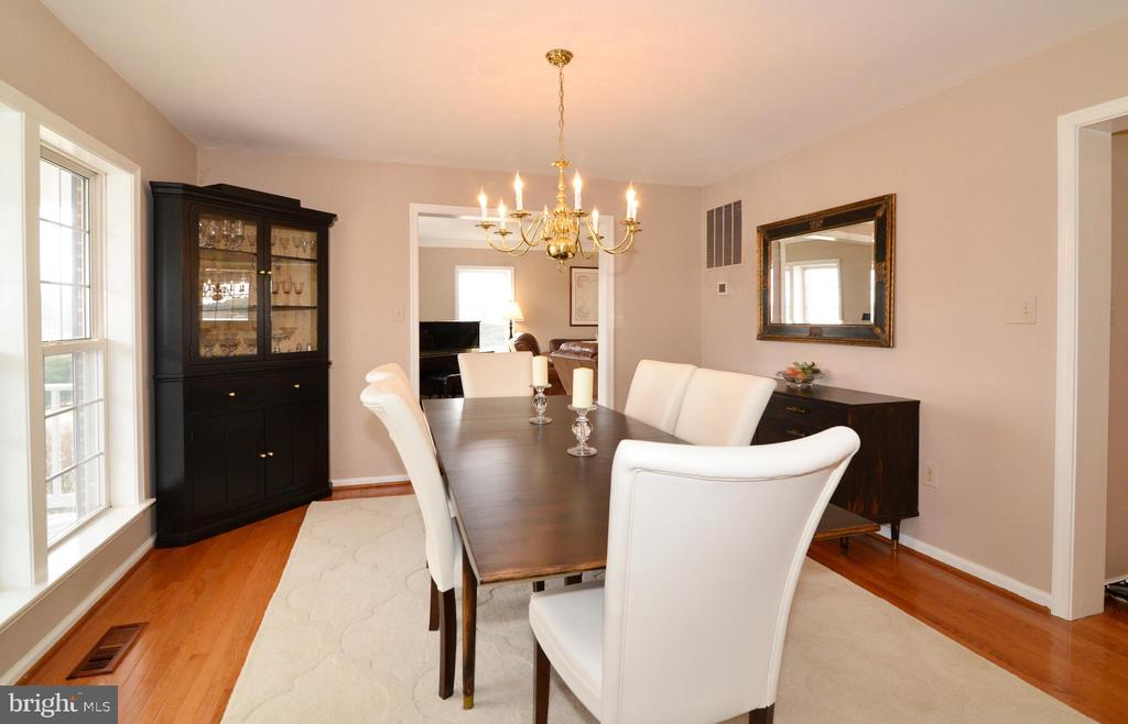 Dining room just off the kitchen - 39520 SWEETFERN LN, LOVETTSVILLE