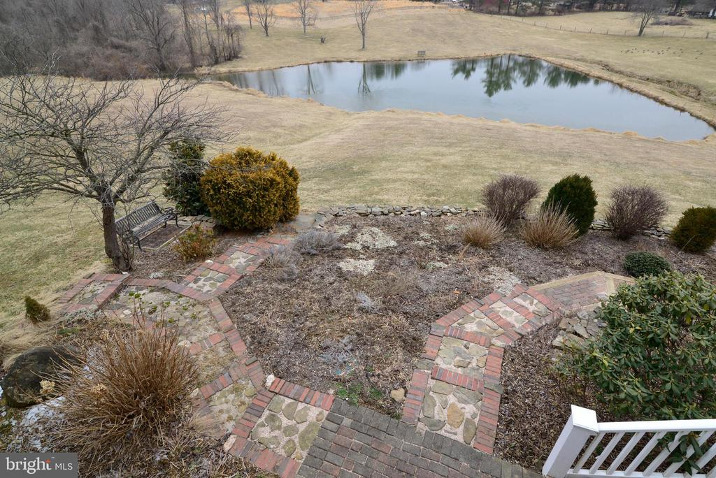 With retaining walls and beautiful plantings - 39520 SWEETFERN LN, LOVETTSVILLE