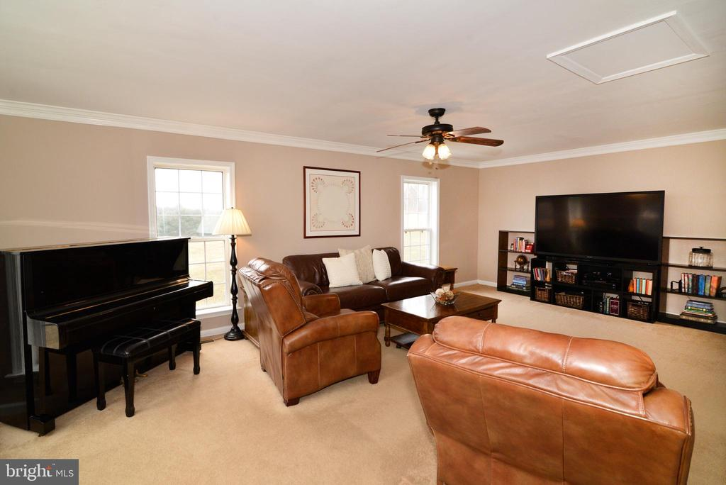 Large living room off the kitchen - 39520 SWEETFERN LN, LOVETTSVILLE