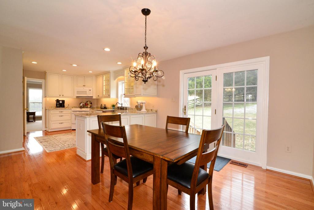 Breakfast room with access to the backyard - 39520 SWEETFERN LN, LOVETTSVILLE