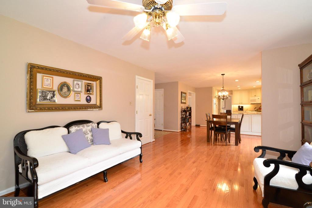 Family room with views from the kitchen - 39520 SWEETFERN LN, LOVETTSVILLE