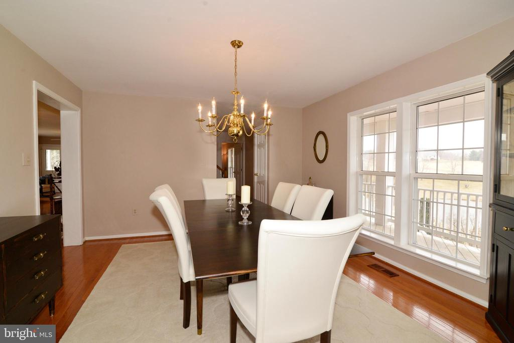 Dining room has views of the pond - 39520 SWEETFERN LN, LOVETTSVILLE