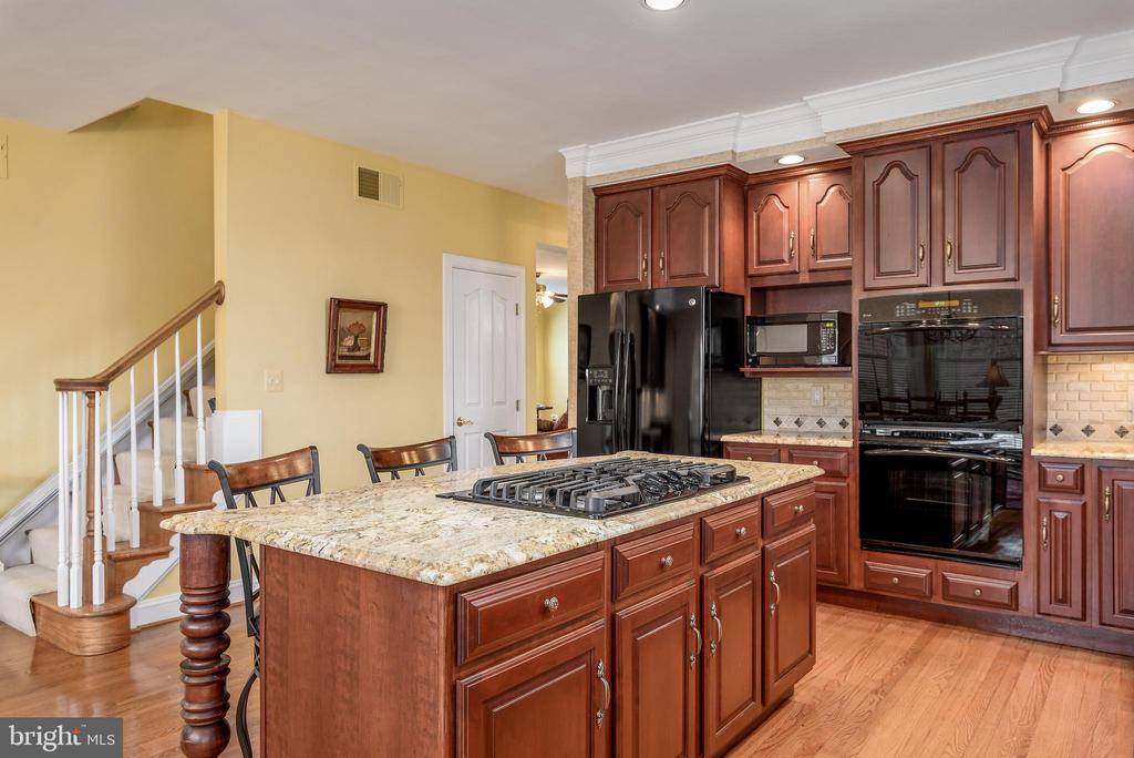 Double Ovens, Back Staircase, Hardwood Floors - 35190 DORNOCH CT, ROUND HILL