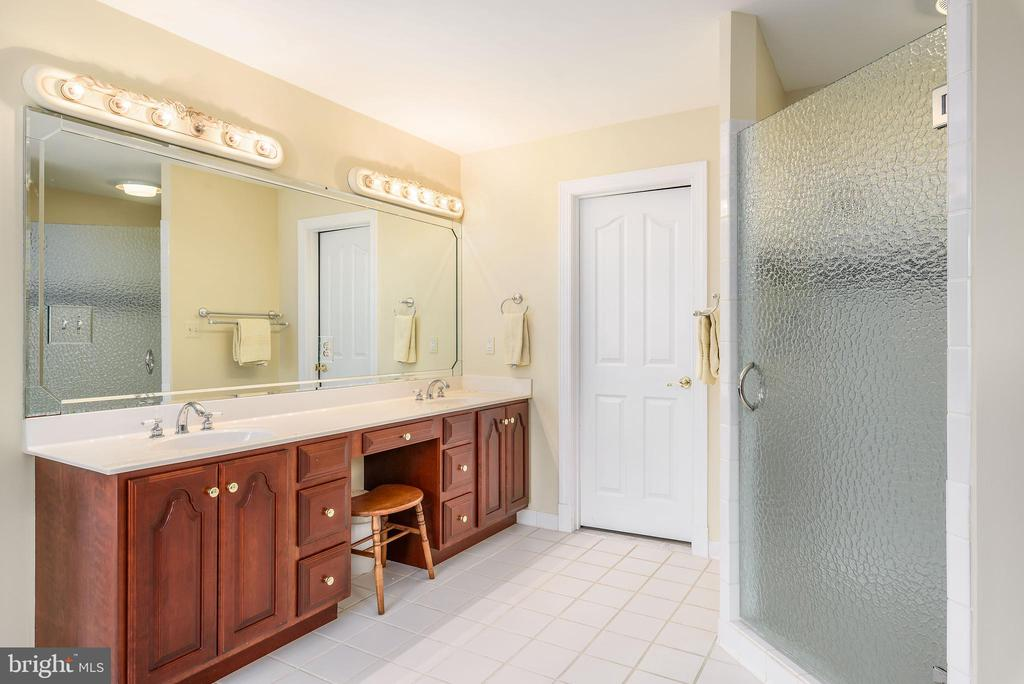 Double Sinks, Master Bathroom w/ 2nd Master Closet - 35190 DORNOCH CT, ROUND HILL