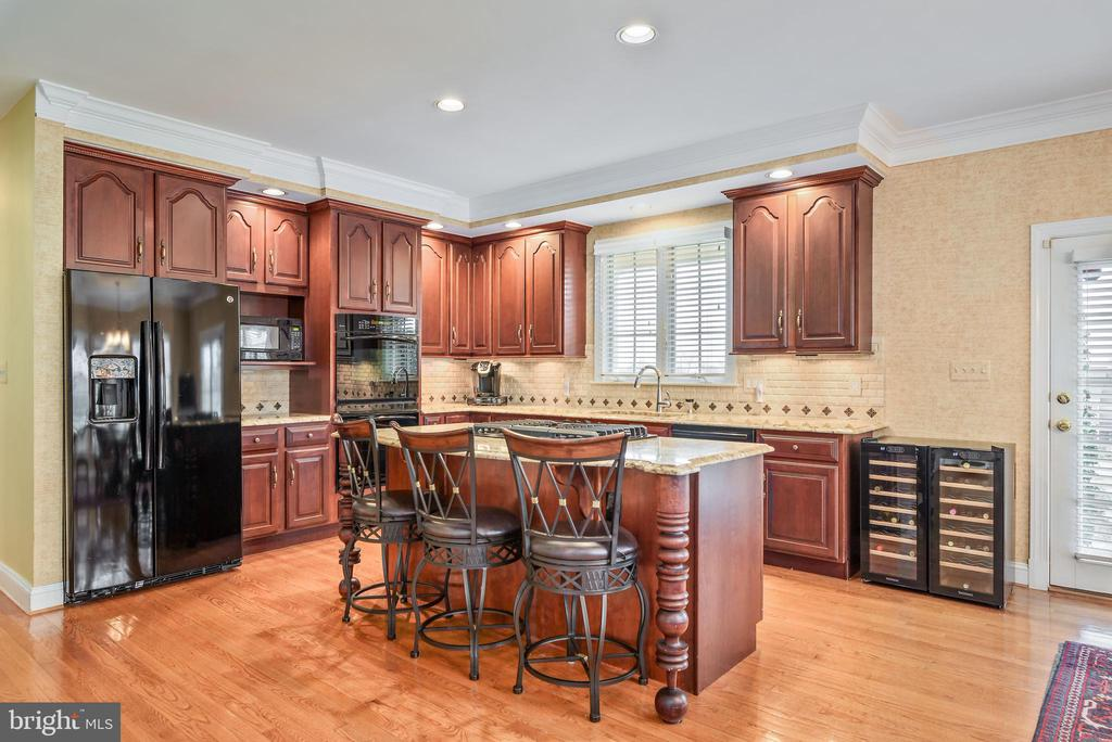 Kitchen, Granite, Hardwoods, Plantation Shutters - 35190 DORNOCH CT, ROUND HILL