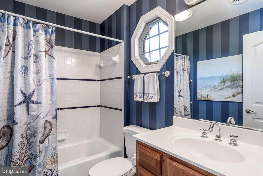 Full Bath to 3rd Bedroom - 35190 DORNOCH CT, ROUND HILL
