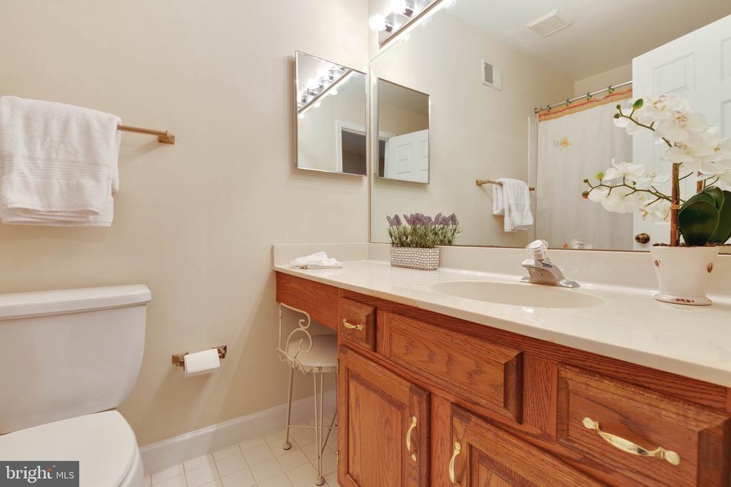 Full Bathroom on Upper Level - 9087 GOLDEN SUNSET LN, SPRINGFIELD