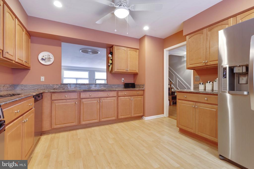 Large eat-in Kitchen on Main Level - 9087 GOLDEN SUNSET LN, SPRINGFIELD
