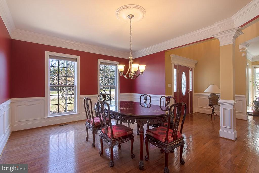 Formal Dinning Rm with chair rails - 8901 TITLEIST TRL, LORTON