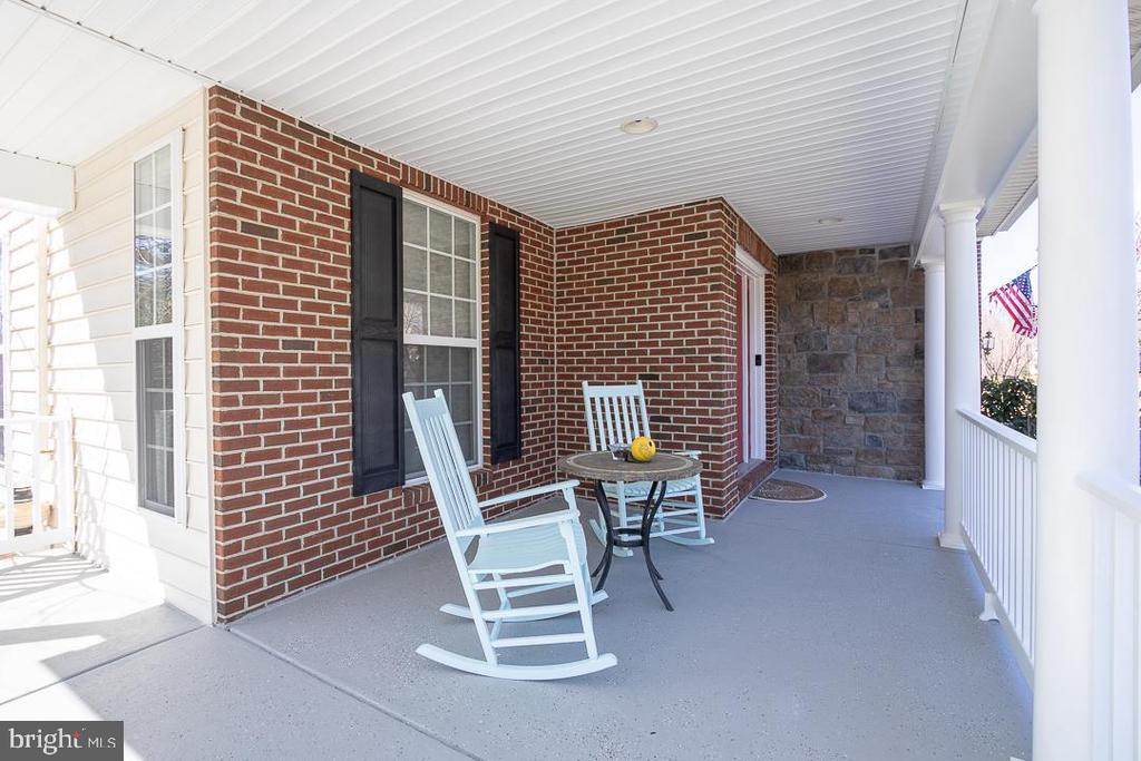 Front porch with ample seating area - 8901 TITLEIST TRL, LORTON