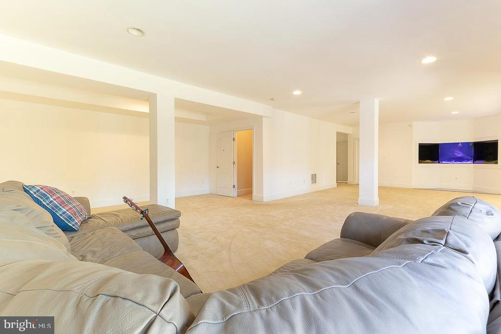 Basement with open Rec area and built-in aquarium - 8901 TITLEIST TRL, LORTON