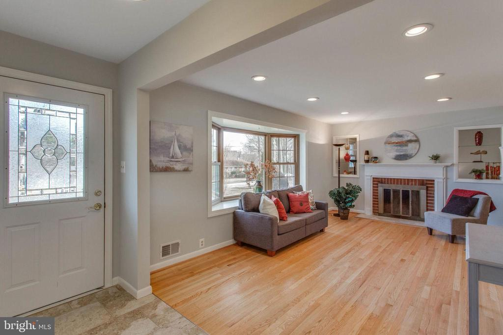 Enjoy time in this sunny living room - 6808 HACKBERRY ST, SPRINGFIELD