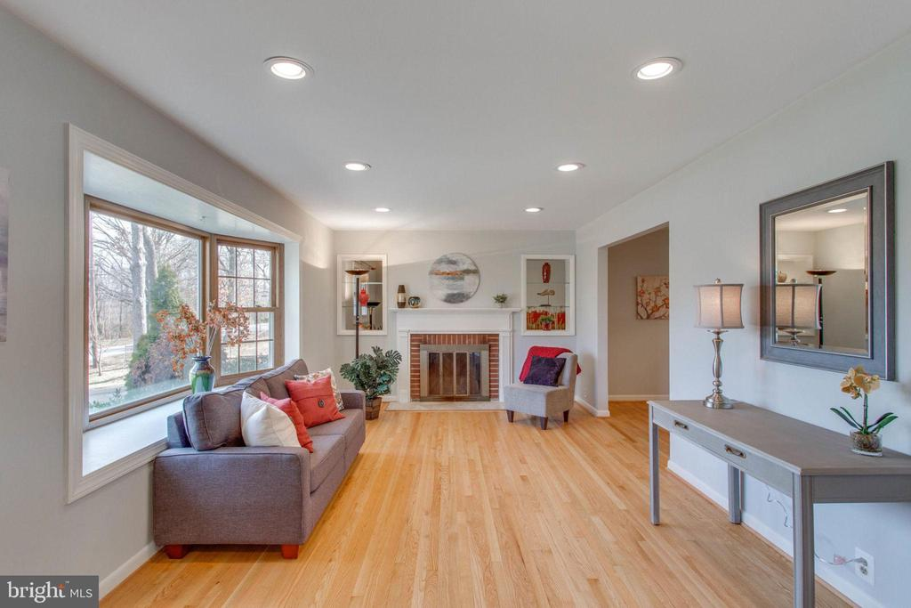 Updated lighting and a huge bay window. - 6808 HACKBERRY ST, SPRINGFIELD