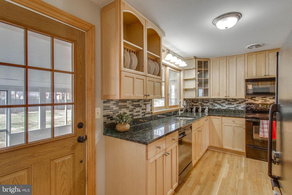 Smart kitchen space, fully updated. - 6808 HACKBERRY ST, SPRINGFIELD