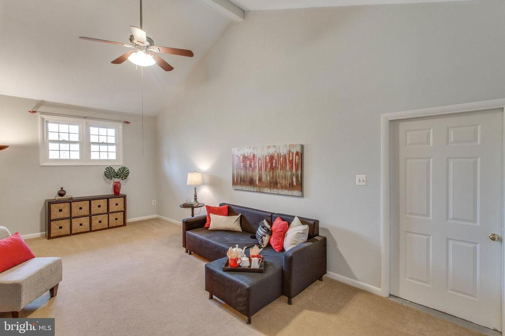 Space to spread out or snuggle in. - 6808 HACKBERRY ST, SPRINGFIELD