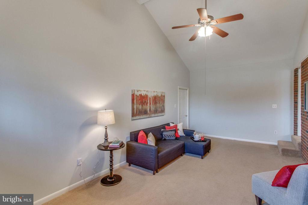 Comfy overflow in the family room - 6808 HACKBERRY ST, SPRINGFIELD