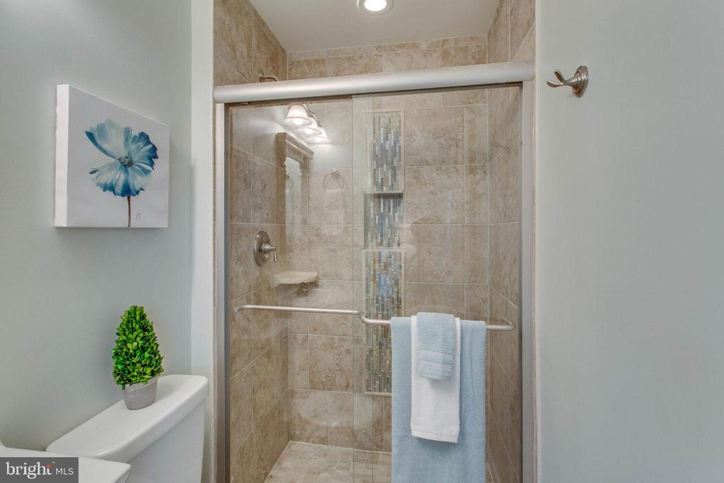 Beautiful feature wall in the master shower - 6808 HACKBERRY ST, SPRINGFIELD