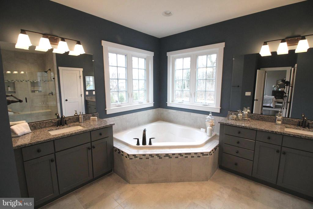 Luxurious bath with separate vanities - 3005 WEBER PL, OAKTON