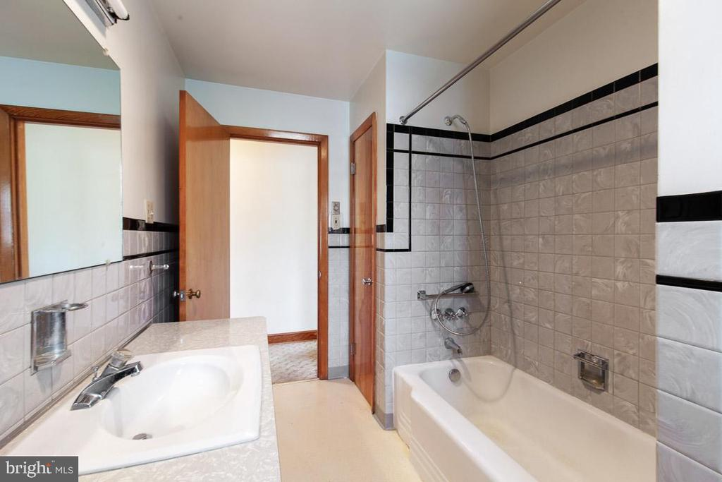 Very RETRO hall bath w/ lots of storage - 11723 ROBINWOOD DR, HAGERSTOWN