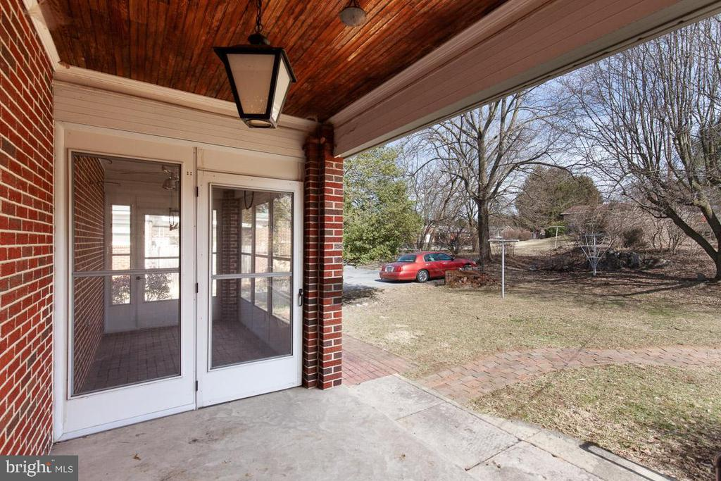 Covered back patio leads into screened porch - 11723 ROBINWOOD DR, HAGERSTOWN