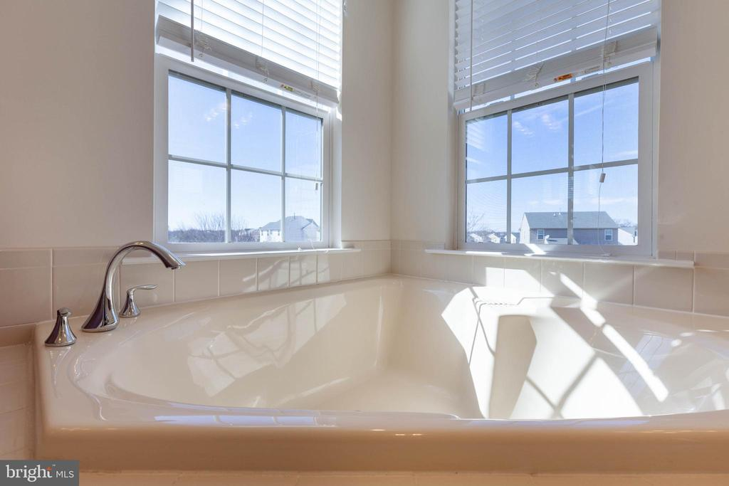 Soaking tub - 18218 ROCKLAND DR, HAGERSTOWN