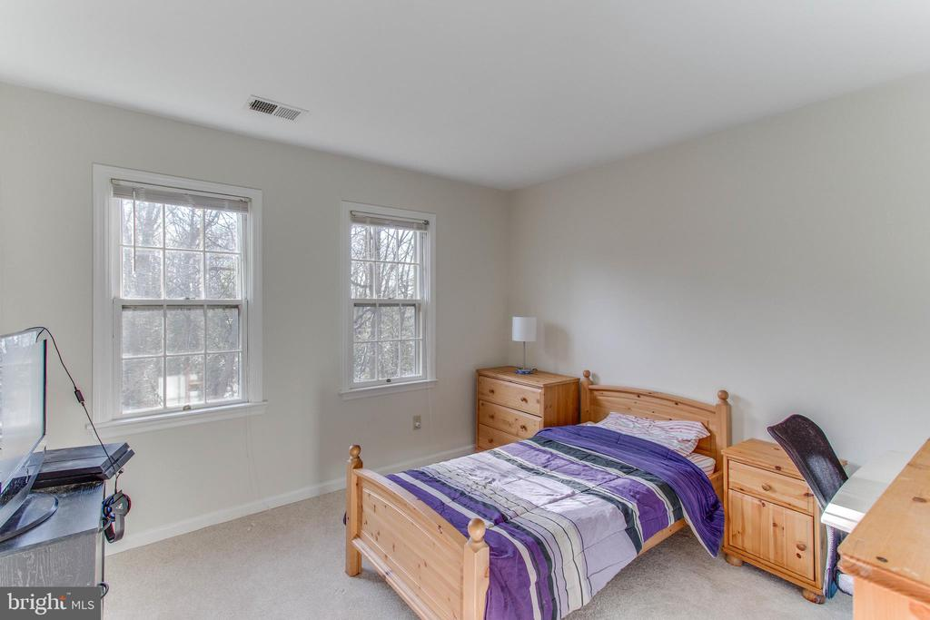 Four bedrooms on upper level, two on lower - 4800 JENNICHELLE CT, FAIRFAX