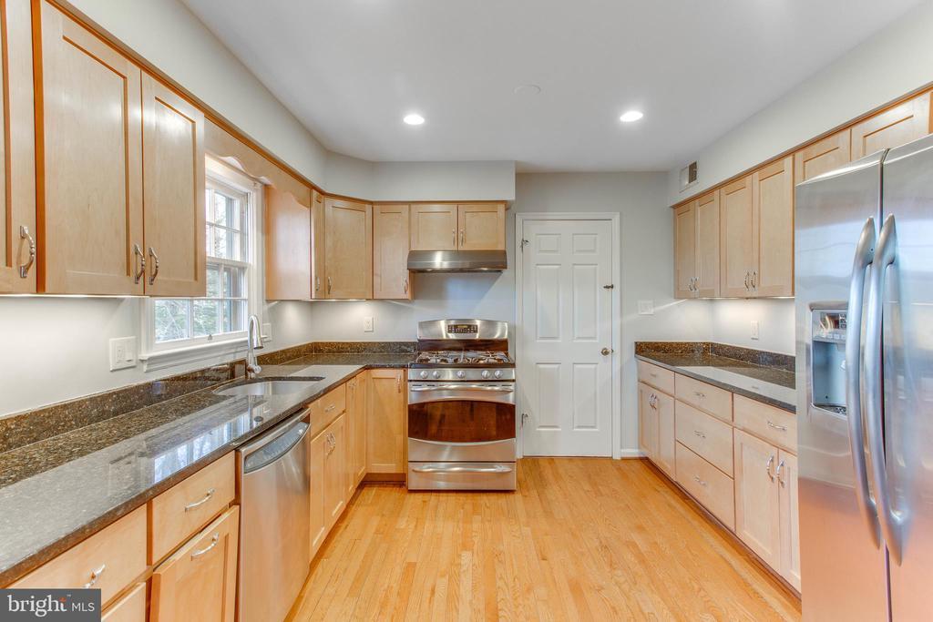 Updated kitchen, laundry room is just through door - 4800 JENNICHELLE CT, FAIRFAX