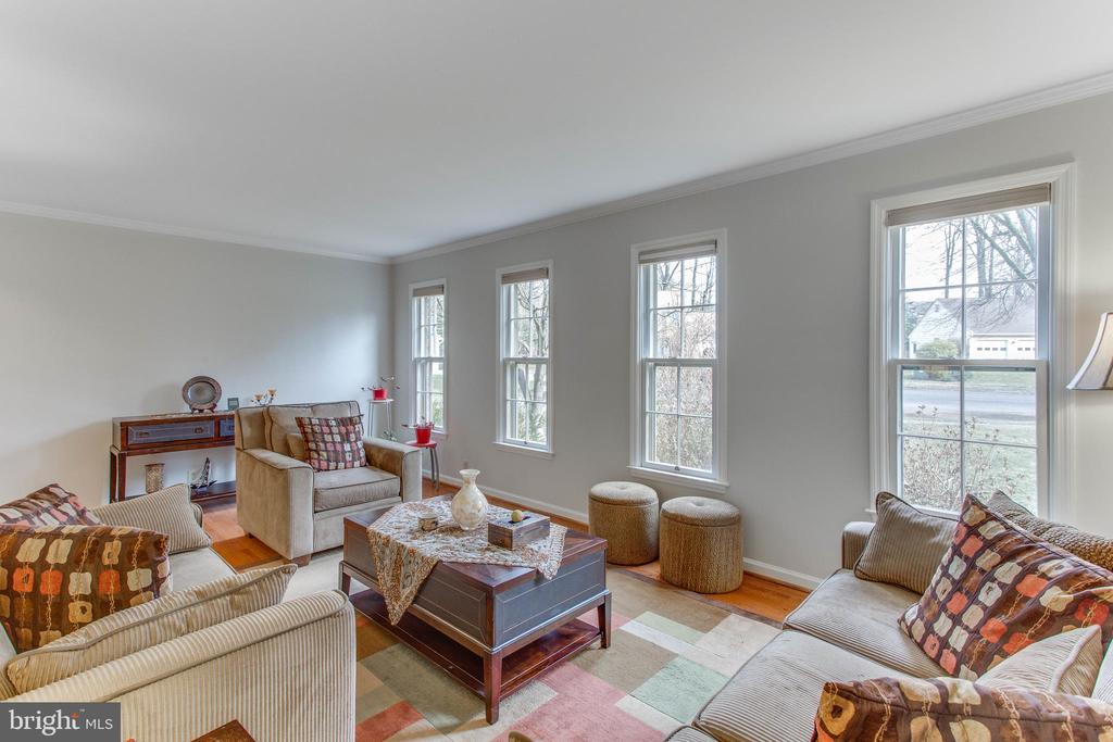 Excellent Living Room with bank of windows - 4800 JENNICHELLE CT, FAIRFAX