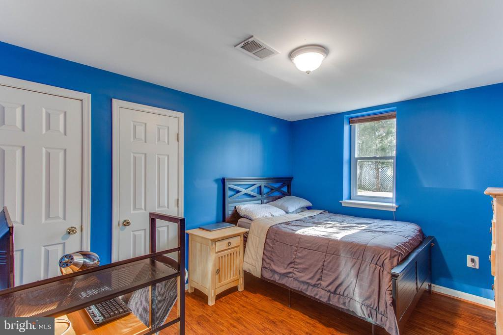 Here is the second bedroom on the lower level - 4800 JENNICHELLE CT, FAIRFAX