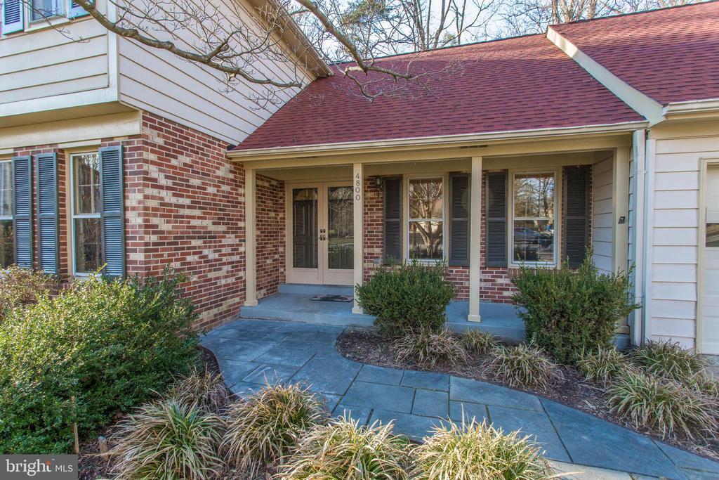 Brand new architectural roof, cozy front porch - 4800 JENNICHELLE CT, FAIRFAX