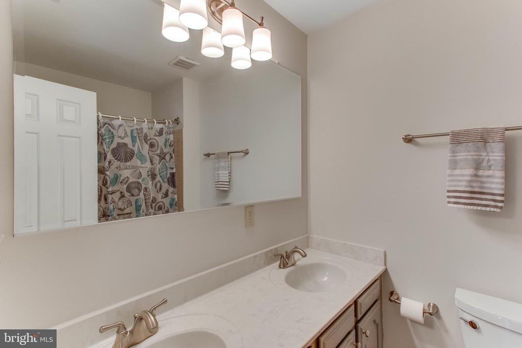 Double sinks in the hall bath - 4800 JENNICHELLE CT, FAIRFAX