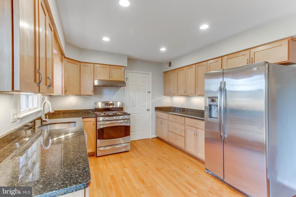 Stainless appliances, granite countertops - 4800 JENNICHELLE CT, FAIRFAX