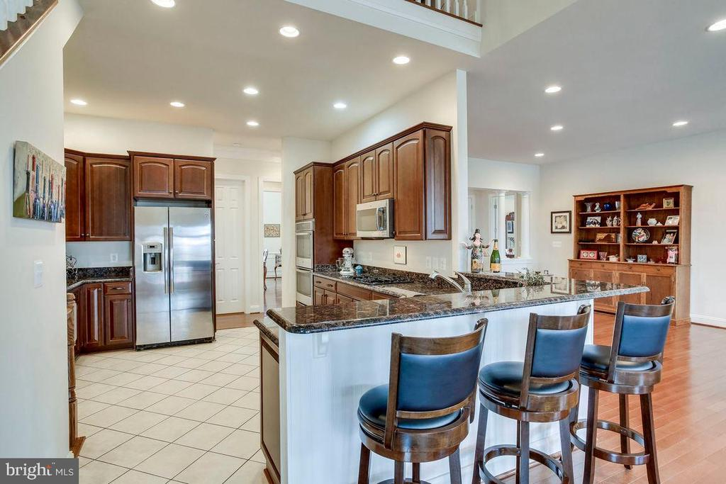 Spacious Kitchen with Breakfast Bar - 21562 GREENGARDEN RD, UPPERVILLE