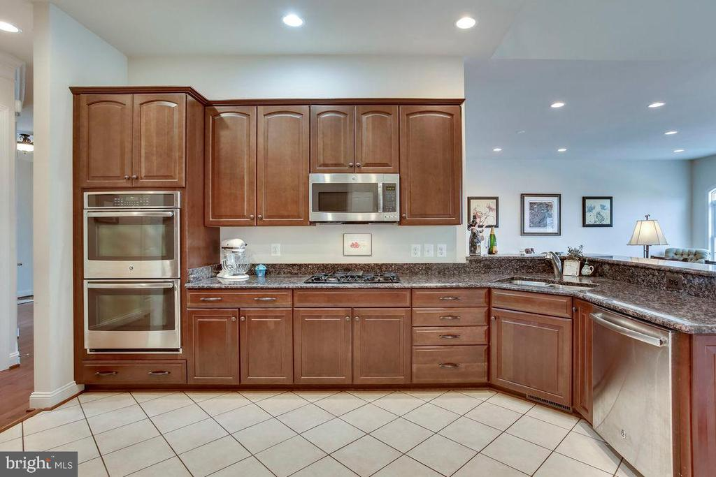 Kitchen with Stainless Steel Appliance - 21562 GREENGARDEN RD, UPPERVILLE
