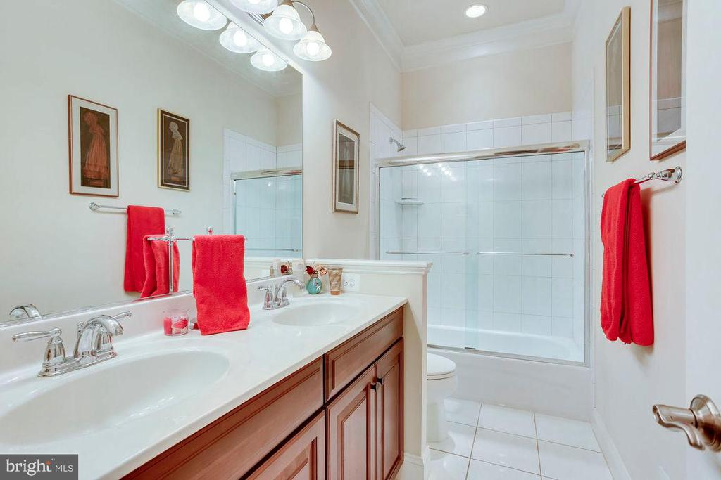 Main Level Full Bathroom - 21562 GREENGARDEN RD, UPPERVILLE