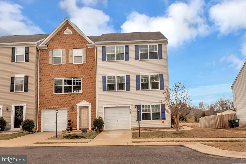 End Unit/2 assigned parking places plus garage - 2345 SILVER FOX WAY, LOCUST GROVE