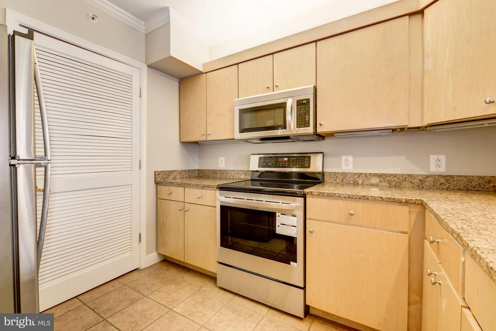 Stainless appliances and plentiful storage - 616 E ST NW #822, WASHINGTON