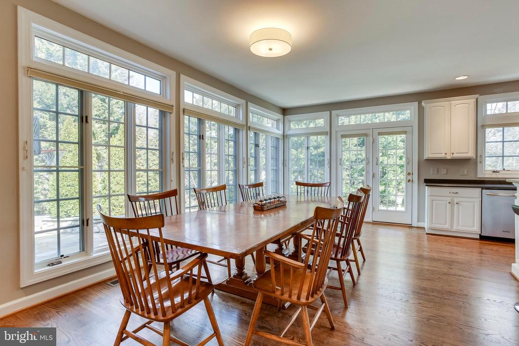 Large eat-in kitchen with tons of windows - 11580 CEDAR CHASE RD, HERNDON