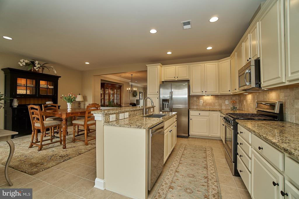 Gourmet kitchen with upgraded cream cabinetry - 20639 ERSKINE TER, ASHBURN
