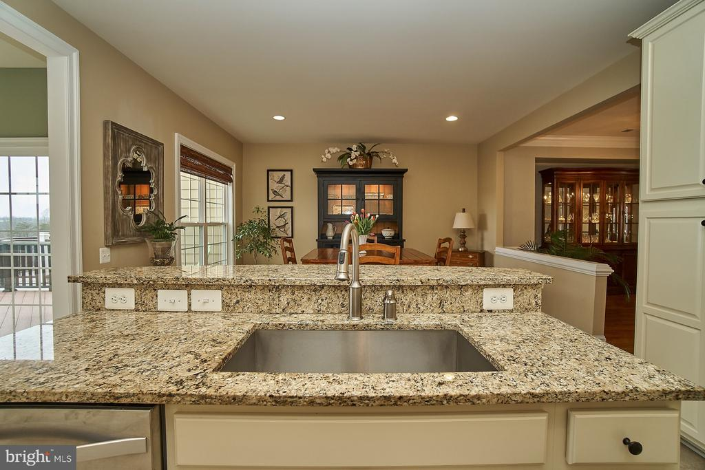 Center island features an upgraded farmhouse sink - 20639 ERSKINE TER, ASHBURN