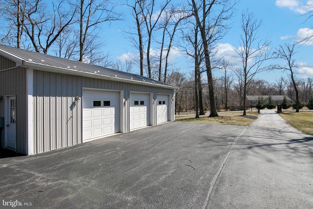DETACHED 3 CAR GARAGE SHOP WITH 200 AMP AND HVAC - 13450 REED RD, THURMONT