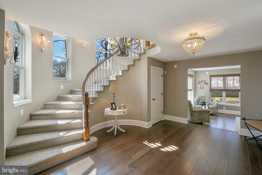 WINDOW LINED STAIRCASE - 13450 REED RD, THURMONT