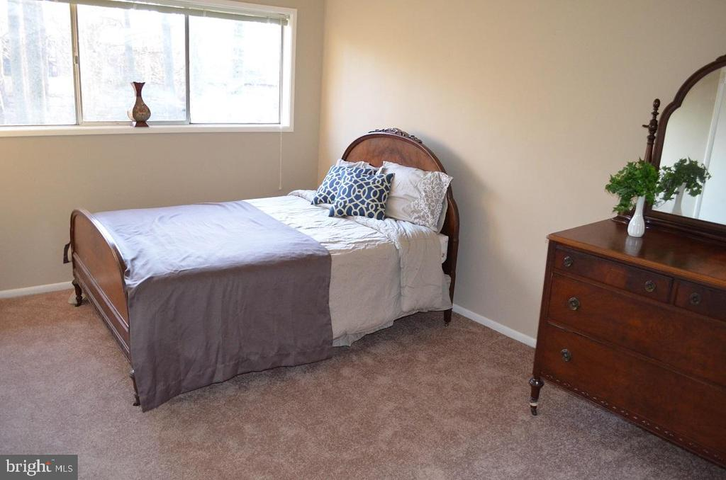 Bedroom with large, bright window and new carpet - 4917 AMERICANA DR #E, ANNANDALE