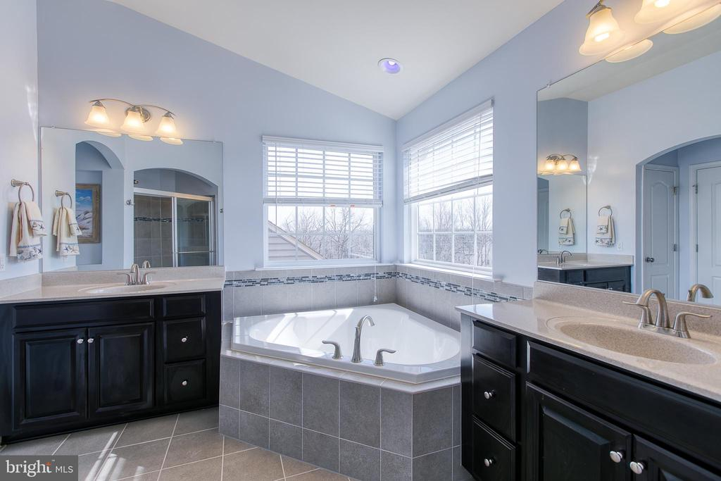 Gorgeous Spa Bathroom with separate vanities! - 21 TANKARD RD, STAFFORD